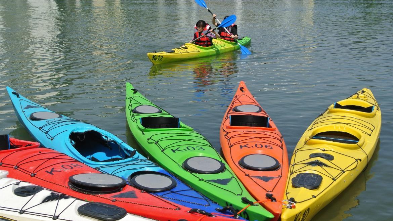 Jóvenes en canoas