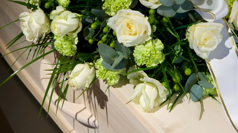 Ataud blanco con flores