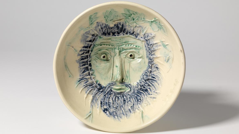 Pieza de cerámica con dibujo de un rostros