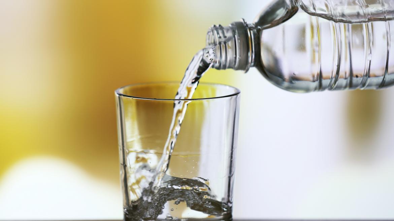 echando agua a un vaso