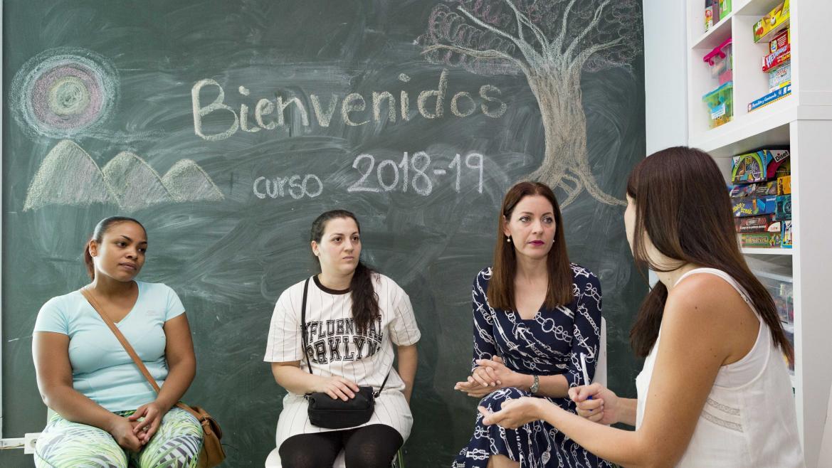 La consejera de Políticas Sociales y Familia, Lola Moreno, ha visitado hoy los nuevos pisos tutelados de la Fundación Tomillo
