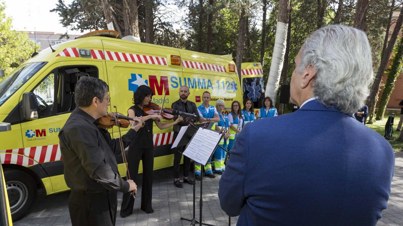 Enrique Ruiz Escudero y Jaime de los Santos presentan el acuerdo de colaboración entre el SUMMA 112 y la Orquesta y Coro de la Comunidad de Madrid, ORCAM, para implantar la musicoterapia en las UVIs móviles