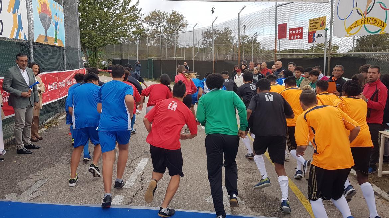 Enrique López da la salida a la carrera de la VIII Olimpiada entre Centros de Menores Infractores