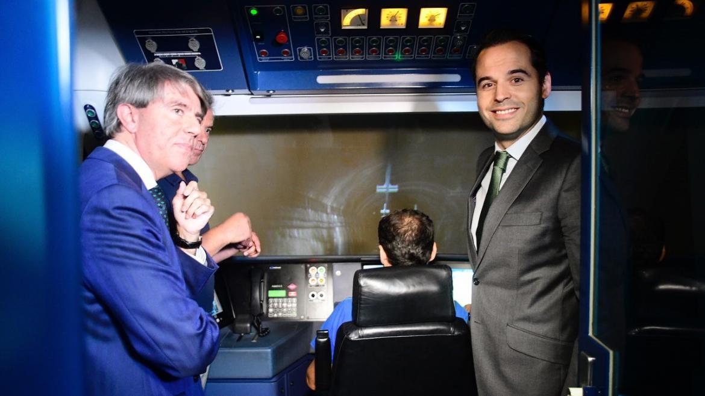 Imagen de Ignacio Aguado y Ángel Garrido en el simulador de trenes de Metro Madrid