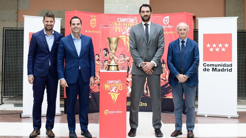 Ignacio Aguado recibe la Copa del Mundo de Baloncesto que se expondrá en la Comunidad de Madrid