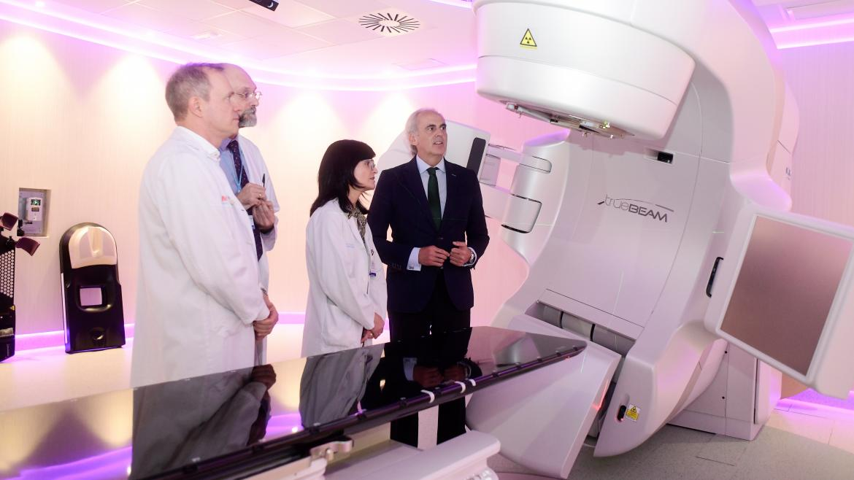 Enrique Ruiz Escudero visita el Hospital de Fuenlabrada para comprobar el funcionamiento del acelerador