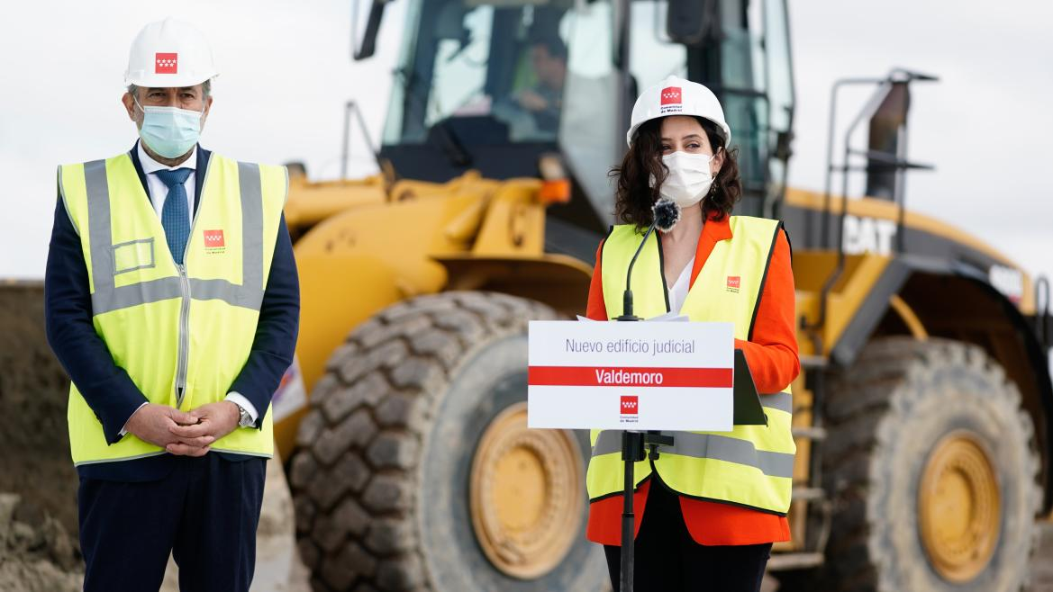 Isabel Díaz Ayuso y Enrique López, en el inicio de las obras del nuevo Palacio de Justicia de Valdemoro