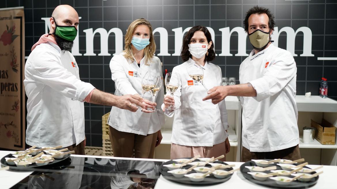 Díaz Ayuso presenta a los chefs Daniel Ochoa y Luis Moreno del restaurante Montia como nuevos embajadores de Alimentos de Madrid