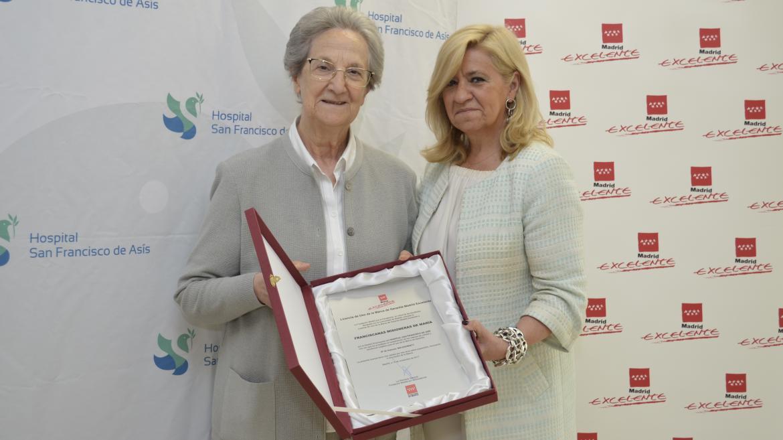 La directora general de Madrid Excelente, Irene Navarro, entrega la placa acreditativa a la presidenta del Consejo de Administración