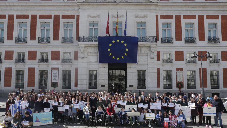 Pedro Rollán ha entregado hoy en la Real Casa de Correos los premios del concurso escolar de carteles sobre la UE