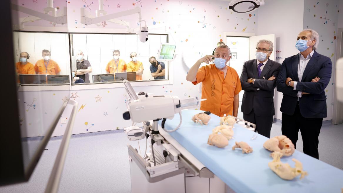 Enrique Ruiz Escudero ha visitado la sala de hemodinámica híbrida del Hospital Gregorio Marañón