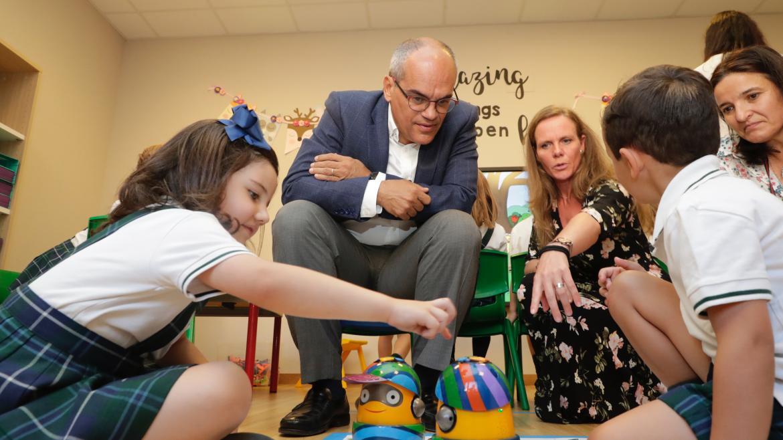 El consejero de Educación e Investigación, Rafael van Grieken,durante su visita al centro educativo Trinity College