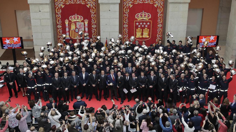 Garrido recibe a 113 nuevos bomberos, la promoción más amplia de los últimos 15 años