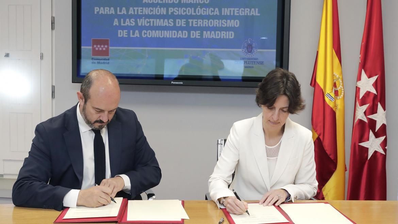 Pedro Rollán en la firma del convenio para que las más de 2.000 víctimas y familiares de atentados terroristas de la región puedan recibir atención psicológica gratuita