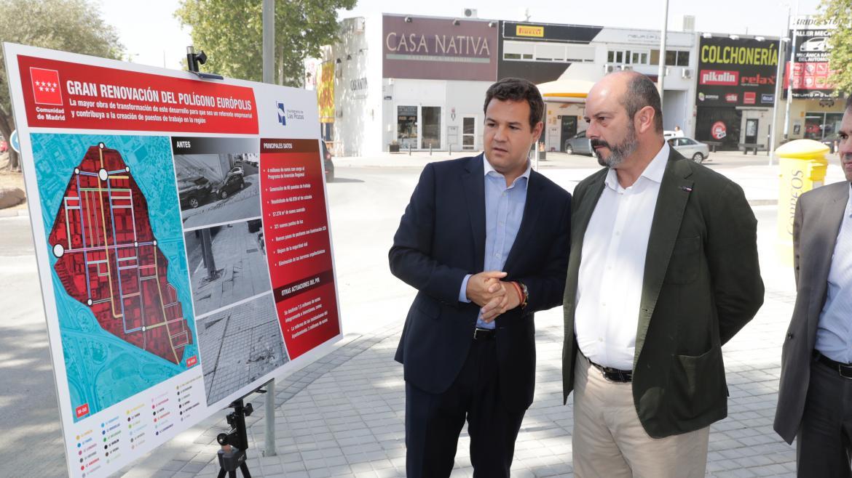 Pedro Rollán visitando las obras de rehabilitación integral del polígono Európolis, en el municipio de Las Rozas de Madrid