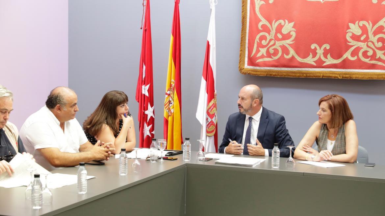 Pedro Rollán, presidente en funciones reunido con los alcaldes de Cadalso de lo Vidrios, Cenicientos y Rozas de Puerto Real