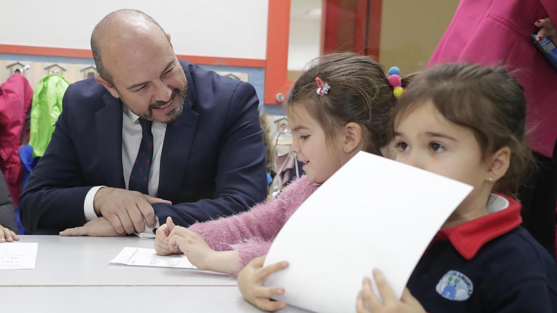 Pedro Rollán durante la visita al colegio público bilingüe Los Ángeles