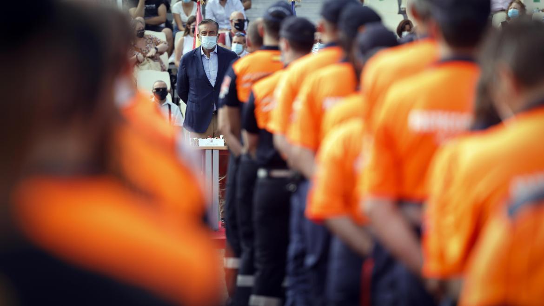 Enrique López observa la formación de los nuevos miembros de Protección Civil