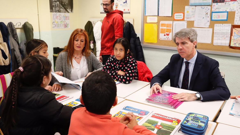 durante su visita al colegio público Cuba