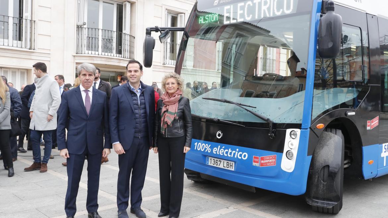 Aguado y Garrido junto a la alcaldesa de Aranjuez posando delante de un autobús