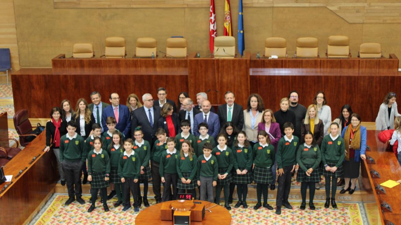 Alberto Reyero junto a los niños en la Asamblea de Madrid
