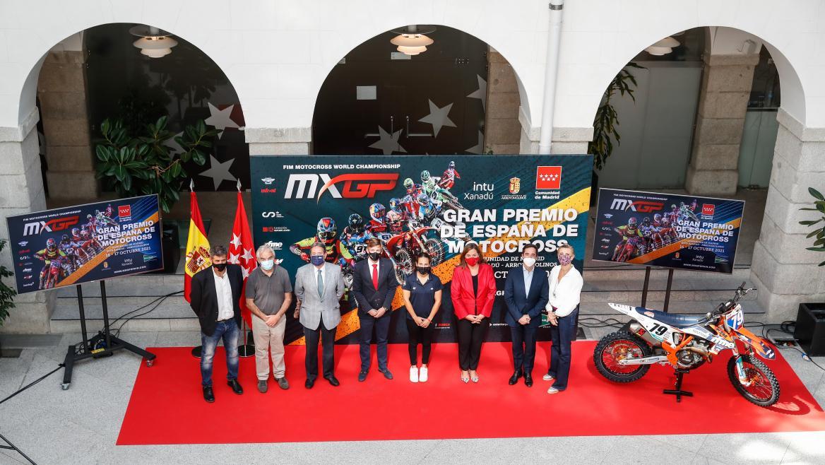 Foto de familia del consejero y la directora general deportes con el resto de personas representativas del acto