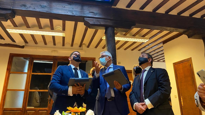 El consejero junto al alcalde y miembros del ayuntamiento visitando las instalaciones reformadas de Pezuela de las Torres