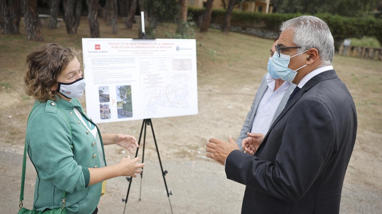 El consejero hablando con la alcaldesa