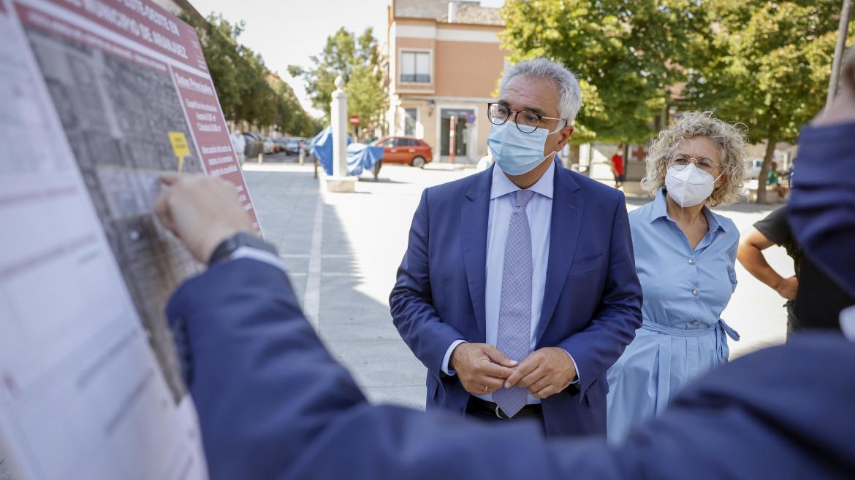 Carlos izquierdo mirando un cartel con la descripción de las intervenciones realizas en esa zona del municipio