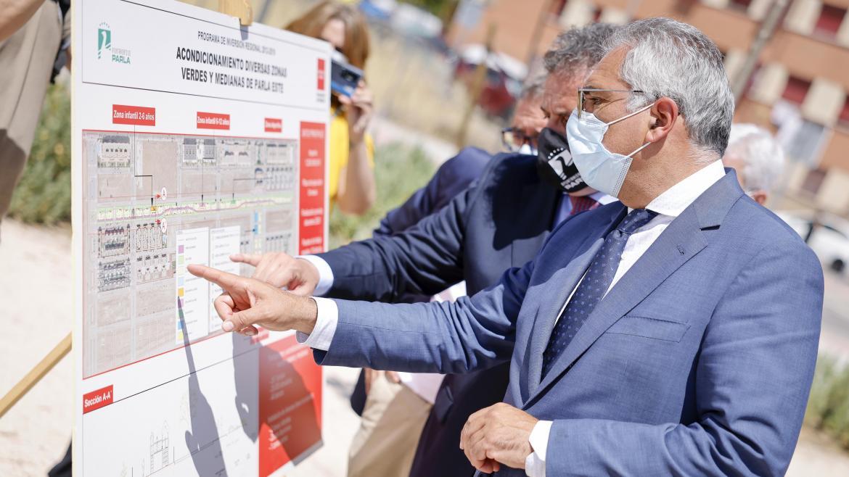 El consejero junto al alcalde del municipio divisando un mapa de la actuación realizada en la zona