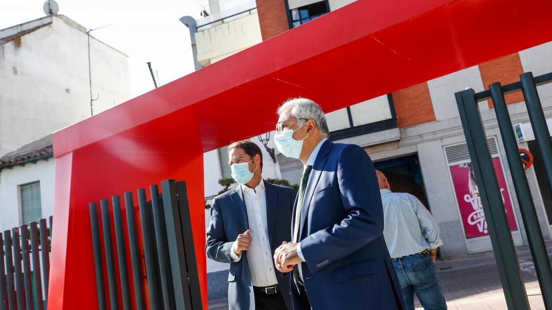 Carlos Izquierdo junto al alcalde de Torrejón de Ardoz visitando el municipio