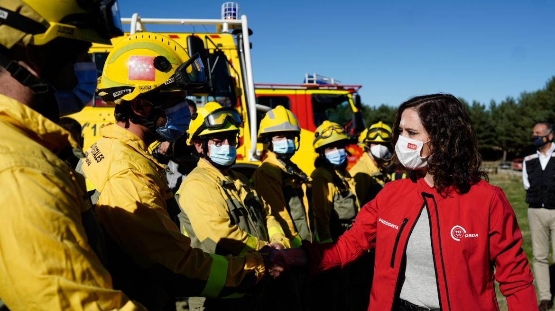 La presidenta saludando a algunos bomberos
