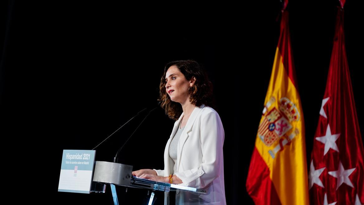 La presidenta en el atril donde pone Hispanidad 2021