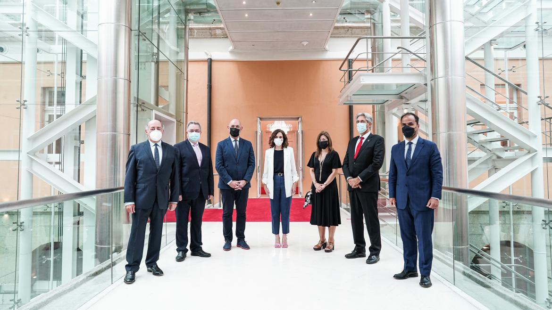 La presidenta posando con los rectores de las universidades madrileñas