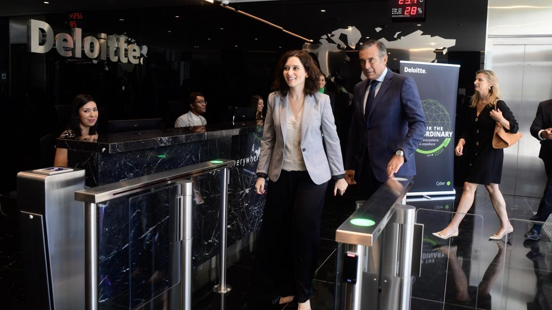 Imagen de Díaz Ayuso en las instalaciones de Deloitte