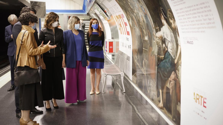 La presidenta junto a la consejera mirando una de las obras en un andén