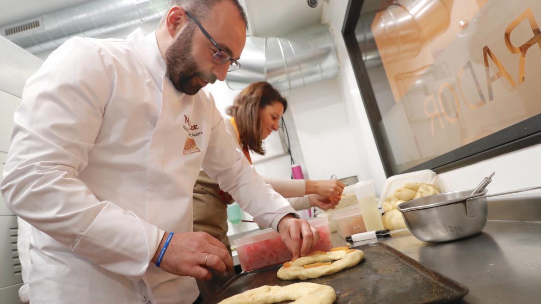 El consejero Manuel Giménez participa en la elaboración de roscones durante su visita al obrador Manacor