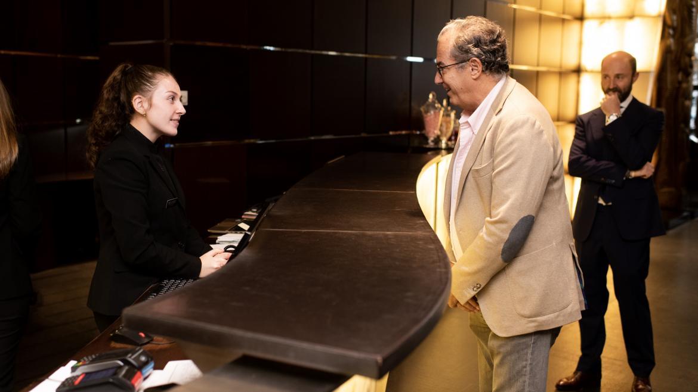 Enrique Ossorio saluda a una alumna de FP en prácticas en el Hotel Urban