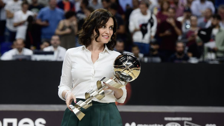 Díaz Ayuso sostiene la Supercopa de España de Baloncesto