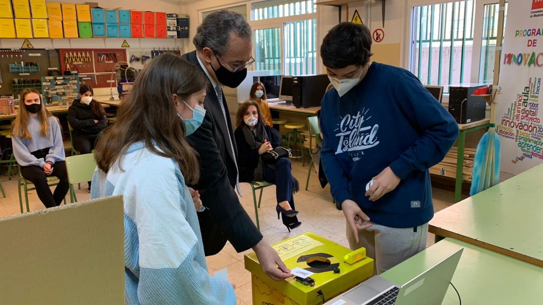 Enrique Ossorio ha hecho entregas de placas distintivas STEMadrid a los que se adhirieron el año pasado