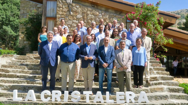 Carlos Izquierdo con los alcaldes de los 27 municipios de la Reserva