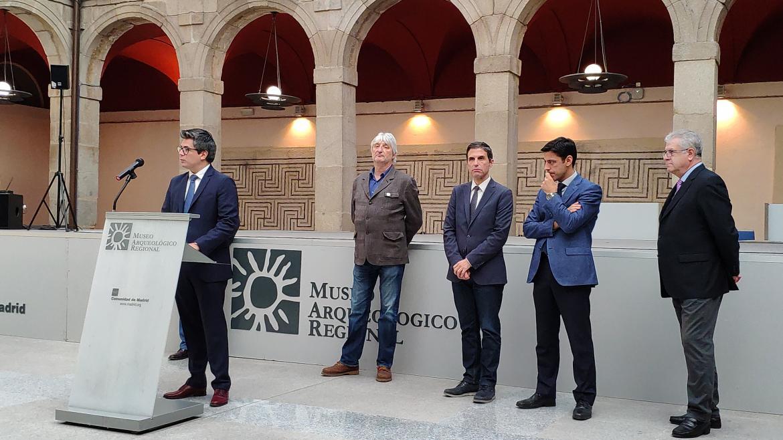 Discurso a pie de micro en el Palacio Arzobispal de Alcalá