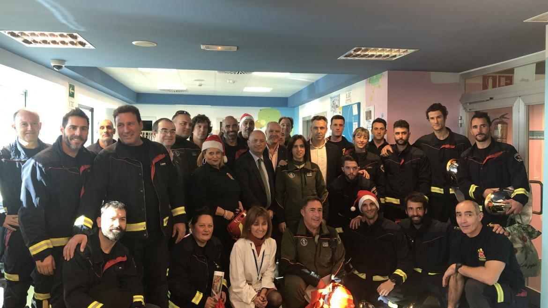 Bomberos y agentes forestales de la Comunidad recorren 11 hospitales entregando juguetes a niños hospitalizados