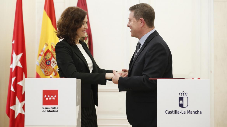 Isabel Díaz Ayuso durante la firma con García-Page del convenio para la prórroga del abono transporte entre ambas regiones en 2020