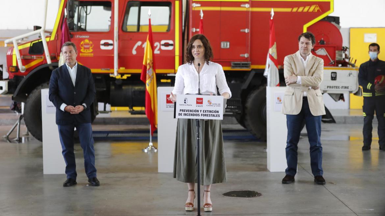 Isabel Díaz Ayuso durante la firma del acuerdo con CLM y CYL sobre extinción de incendios forestales