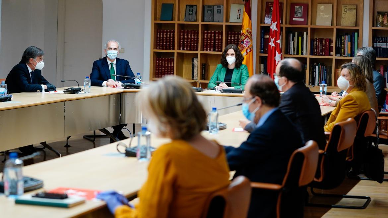 Isabel Díaz Ayuso durante la reunión con expertos sanitarios