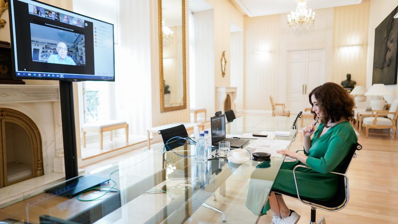 Ayuso durante la reunión con representantes de hosteleros, ocio nocturno y con el presidente de FECE