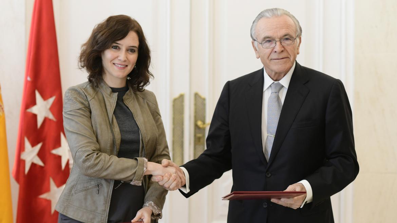 Diaz Ayuso y Fainé apretón de manos tras la firma del Convenio