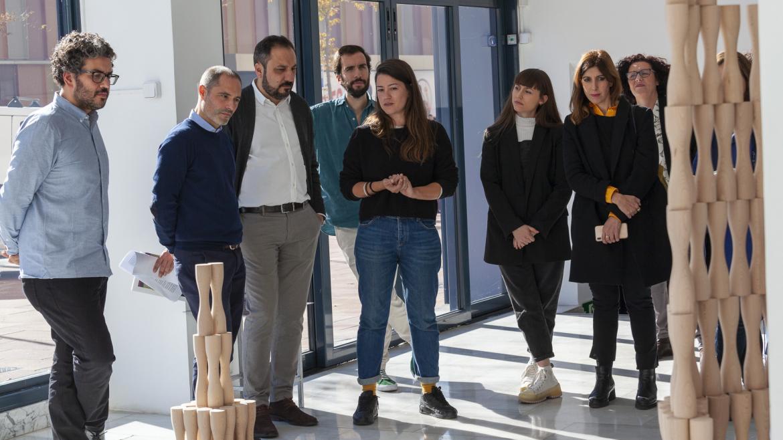 Gonzalo Cabrera, director de Promoción Cultural, contempla una de las obras del Circuito de Artes Plásticas