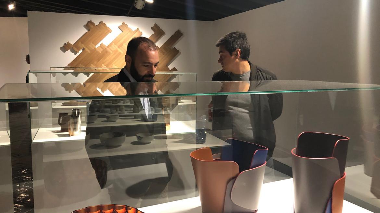 Manuel Giménez, consejero de Economía, Empleo y Competitividad, contempla algunos de los objetos expuestos en '¡Funciono! Porque soy así'